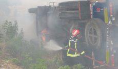واژگونی و آتش سوزی خودروی کامیون